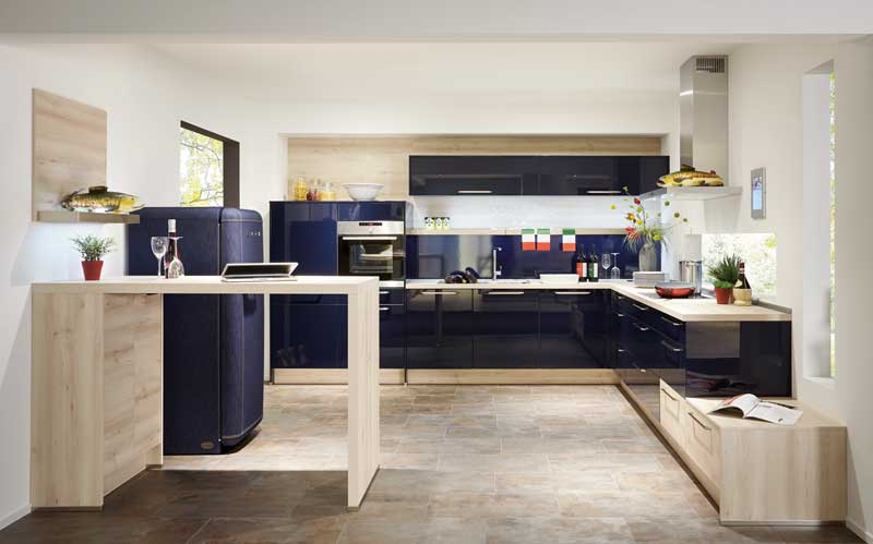 Dunkelblaue Lacklaminatfronten in Kombination mit hellem Holz verleihen Ihre Küche Individualität.