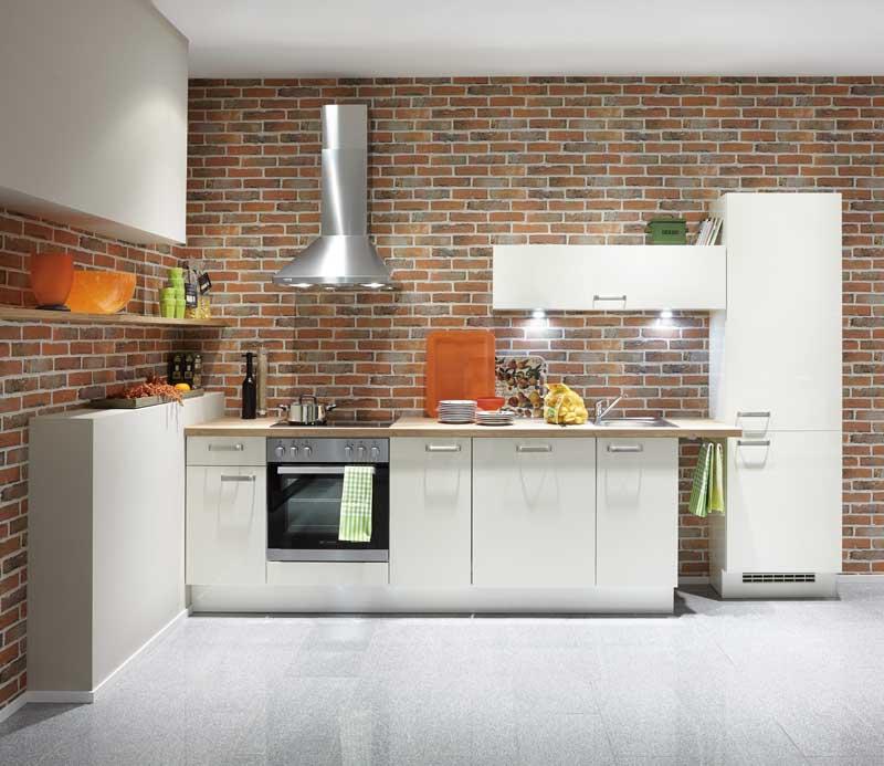 Weiße hochglänzende Lacklaminatfronten passen auch sehr gut in kleine Küchen.